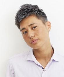 男らしい刈り上げスタイルはスモーキーな髪色と好相性